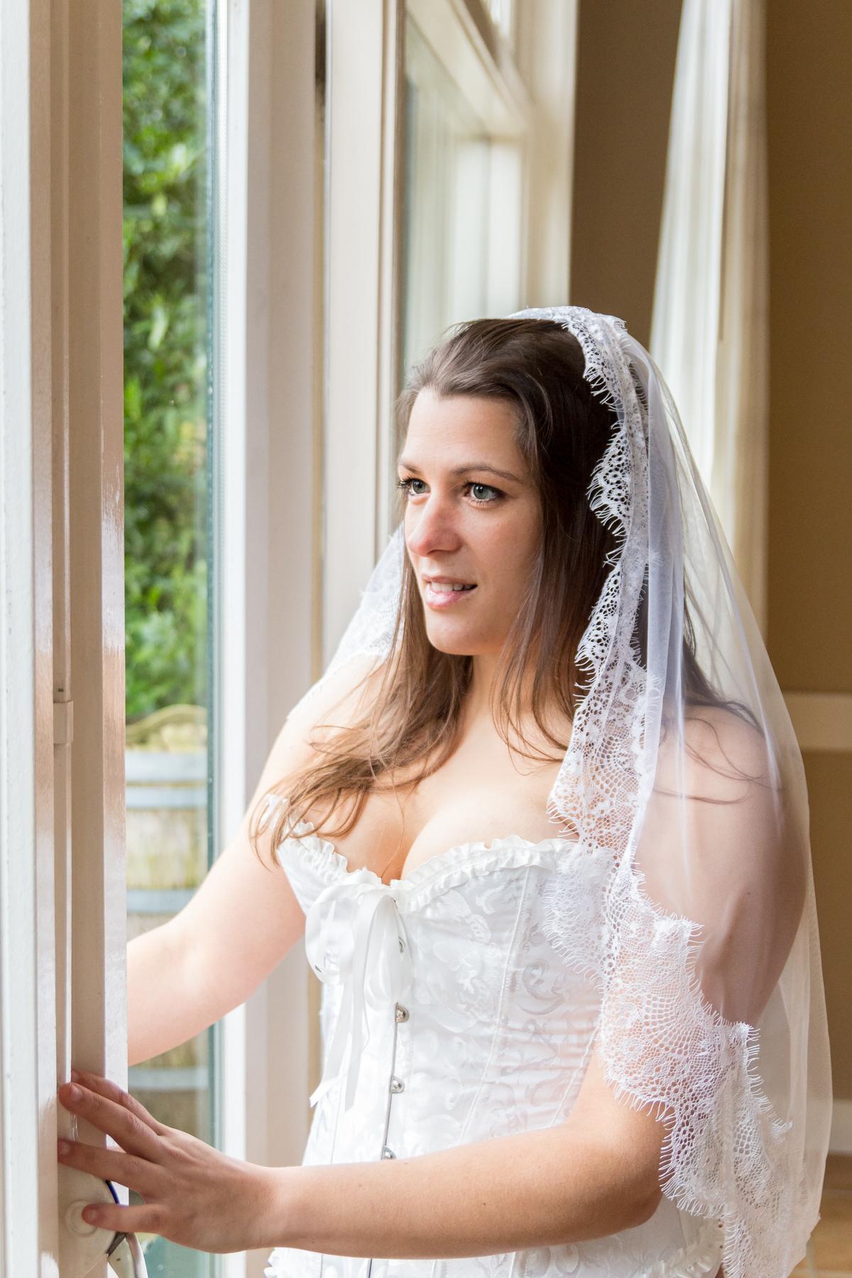 Boudoir fotoshoot met bruidssluier.