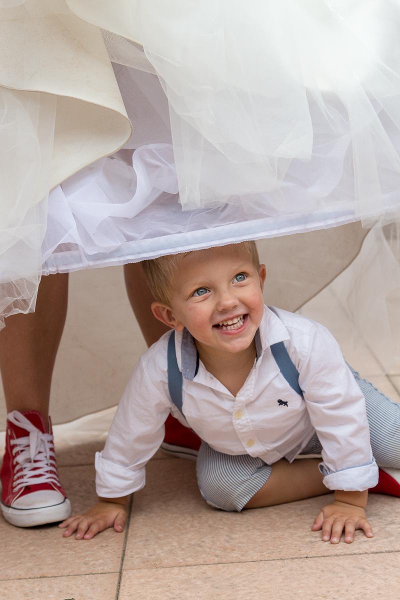 kindje onder de bruidsjurk