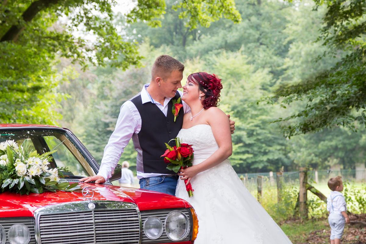 bruidspaar met de auto