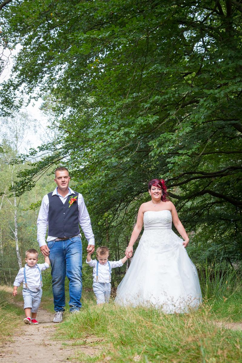 bruidspaar met bruidsjonkers